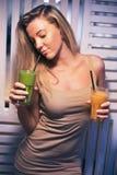 Chica joven hermosa en smoothies de consumición de un café de la salud Van los vegetarianos Vida sana con los productos de la nat Foto de archivo