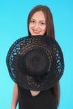 Chica joven hermosa en sombrero negro en su cabeza Foto de archivo libre de regalías