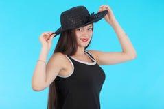 Chica joven hermosa en sombrero negro en su cabeza Fotografía de archivo libre de regalías