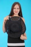 Chica joven hermosa en sombrero negro en su cabeza Fotos de archivo libres de regalías