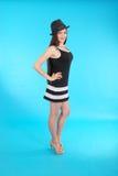 Chica joven hermosa en sombrero negro en su cabeza Imágenes de archivo libres de regalías