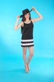 Chica joven hermosa en sombrero negro en su cabeza Imagen de archivo libre de regalías