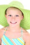 Chica joven hermosa en sombrero verde de la playa Imagen de archivo libre de regalías