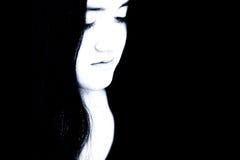 Chica joven hermosa en tonos azules contra negro Fotografía de archivo libre de regalías