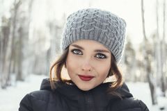 Chica joven hermosa en un bosque blanco del invierno Imagenes de archivo