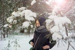 Chica joven hermosa en un bosque blanco del invierno Imagen de archivo libre de regalías