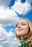 Chica joven hermosa en un fondo del cielo Imagen de archivo libre de regalías