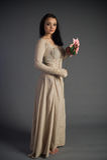 Chica joven hermosa en un vestido histórico Fotografía de archivo