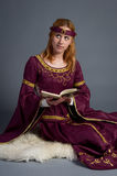 Chica joven hermosa en un vestido histórico Imagen de archivo