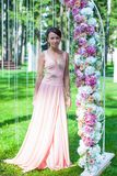 Chica joven hermosa en un vestido largo en imagenes de archivo