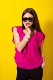 Chica joven hermosa en una blusa púrpura Fotos de archivo libres de regalías