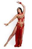 Muchacha en una danza oriental del juego rojo en el movimiento aislado en blanco Imagen de archivo libre de regalías