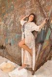 Chica joven hermosa en una playa con el naufragio Fotografía de archivo