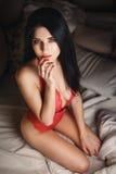 Chica joven hermosa en una ropa interior roja atractiva Imagen de archivo