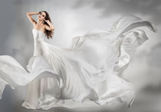 Chica joven hermosa en vestido blanco que vuela Fotos de archivo libres de regalías