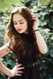 Chica joven hermosa en vestido negro con el pelo largo, a linda estupenda fotos de archivo