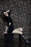 Chica joven hermosa en vestido sexy negro Foto de archivo libre de regalías