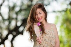 Chica joven hermosa entre las flores amarillas Fotos de archivo