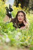 Chica joven hermosa entre las flores amarillas Fotografía de archivo