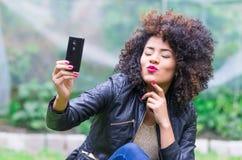 Chica joven hermosa exótica que toma un selfie Imagen de archivo