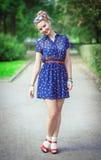 Chica joven hermosa feliz en estilo de los años 50 con los apoyos Imágenes de archivo libres de regalías