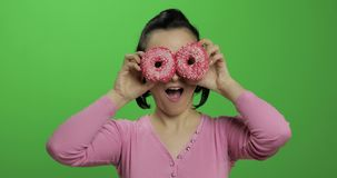 Chica joven hermosa feliz que plantea y que se divierte con los anillos de espuma Llave de la croma almacen de metraje de vídeo