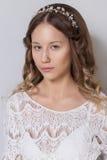 Chica joven hermosa joven con el pelo rizado largo, ningún maquillaje con una cara limpia con una guirnalda en su retrato princip Fotos de archivo libres de regalías