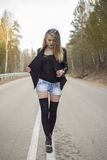 Chica joven hermosa que camina abajo del camino en el bosque Fotos de archivo libres de regalías