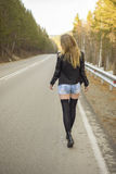 Chica joven hermosa que camina abajo del camino en el bosque Fotografía de archivo libre de regalías