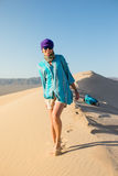 Chica joven hermosa que camina en el desierto Fotos de archivo