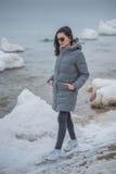 Chica joven hermosa que camina en el invierno de la playa fotos de archivo libres de regalías