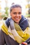 Chica joven hermosa que camina en parque con PC de la tableta Autumn Time Imágenes de archivo libres de regalías