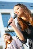 Chica joven hermosa que canta Fotografía de archivo