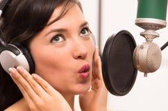 Chica joven hermosa que canta en estudio de la música Imagen de archivo libre de regalías