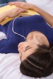 Chica joven hermosa que duerme en cama Fotos de archivo libres de regalías
