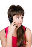 Chica joven hermosa que habla en un teléfono. aislado en el backg blanco Fotografía de archivo
