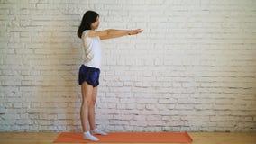 Chica joven hermosa que hace ejercicios en casa almacen de video