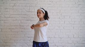 Chica joven hermosa que hace ejercicios en casa metrajes