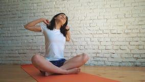 Chica joven hermosa que hace ejercicios en casa almacen de metraje de vídeo
