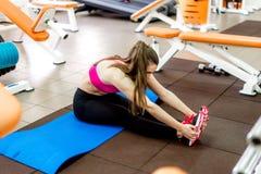 Chica joven hermosa que hace estirando ejercicios Imagen de archivo