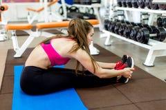 Chica joven hermosa que hace estirando ejercicios Foto de archivo libre de regalías