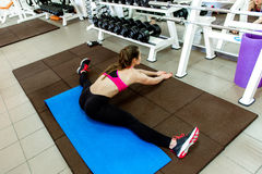 Chica joven hermosa que hace estirando ejercicios Fotos de archivo