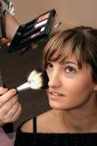 Chica joven hermosa que hace maquillaje Fotos de archivo libres de regalías