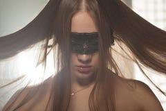 Chica joven hermosa que le muestra el pelo Fotos de archivo libres de regalías
