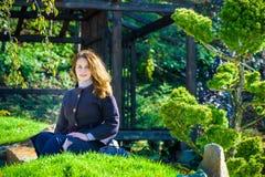 Chica joven hermosa que medita en parque del otoño imagen de archivo libre de regalías