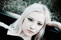 Chica joven hermosa que miente en los carriles Foto de archivo libre de regalías
