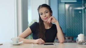 Chica joven hermosa que mira a la cámara con diversas expresiones fotografía de archivo libre de regalías