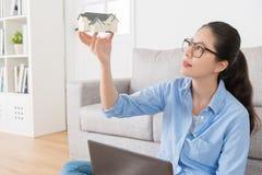 Chica joven hermosa que muestra el modelo de la casa Fotografía de archivo