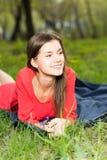 Chica joven hermosa que pone en parque Imagen de archivo