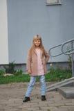 Chica joven hermosa que presenta en la calle Fotografía de archivo